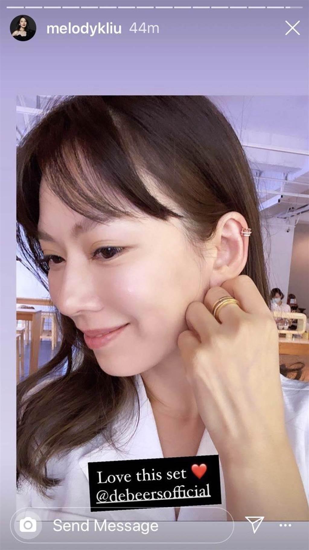 時尚媽咪Melody佩戴De Beers Horizon系列耳骨夾,感風格前衛時尚。(擷自IG)