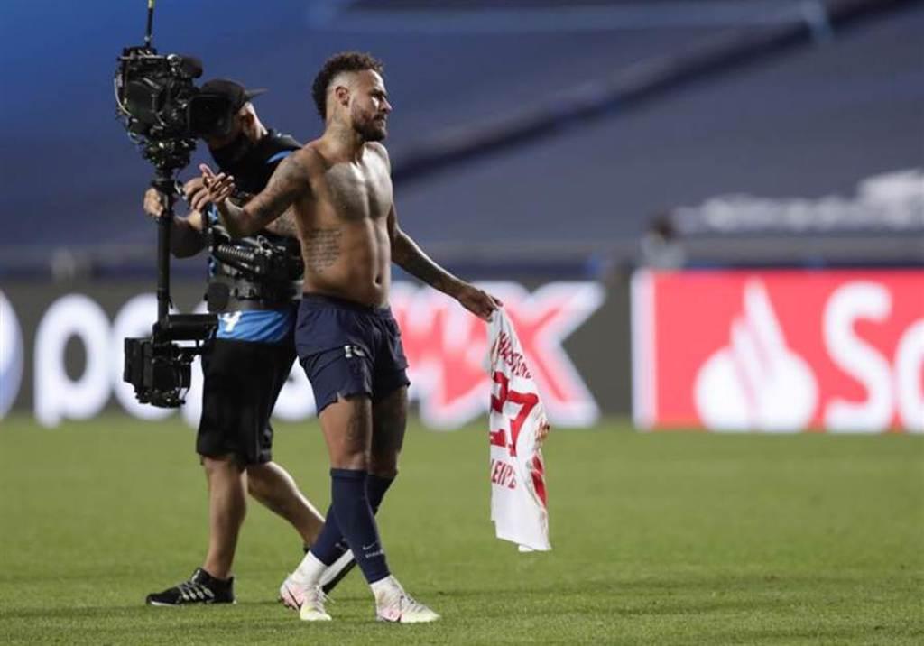 內馬在獲勝後脫掉上衣,手上拿的是RB萊比錫後衛哈斯騰柏格的球衣,恐違反歐足聯防疫規定。(美聯社)