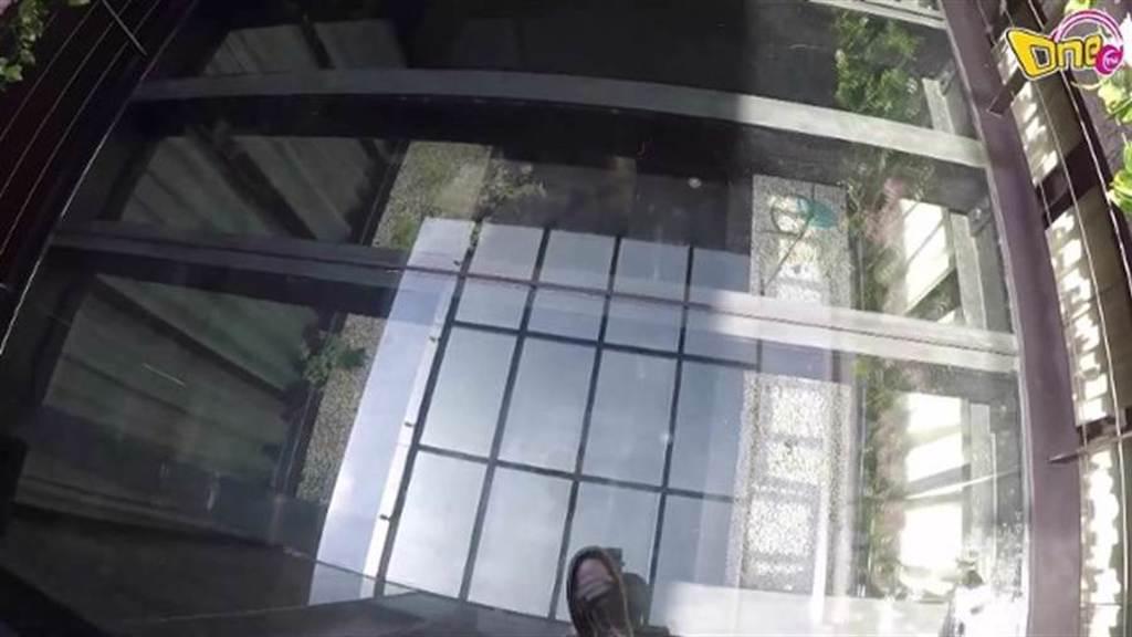 玄關還有玻璃天橋。(圖/翻攝自東網)
