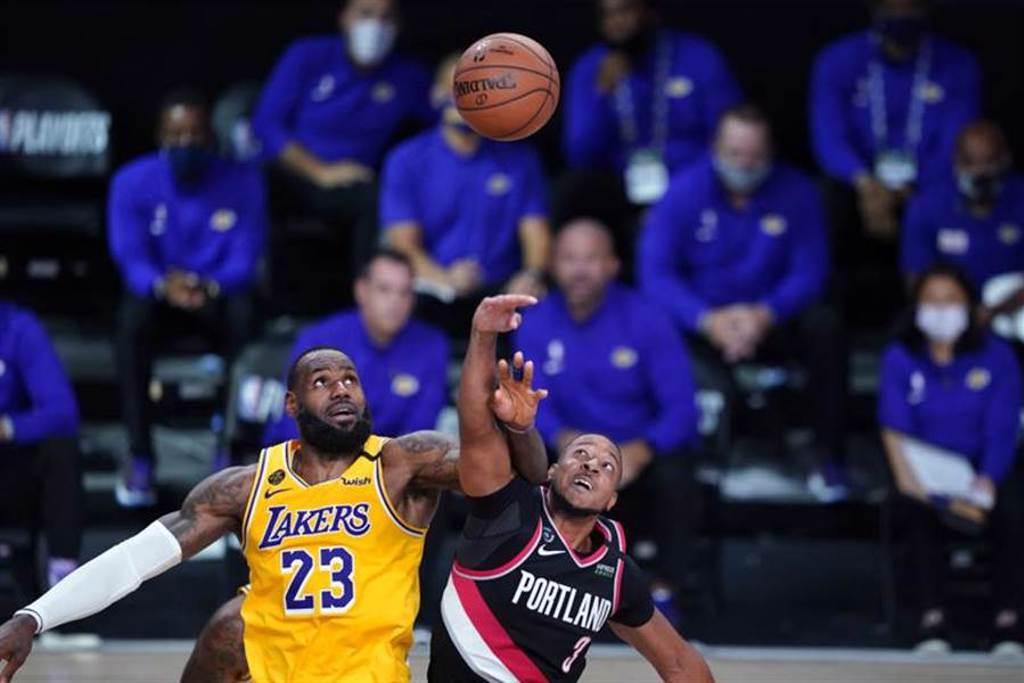 東西區龍頭公鹿與湖人在季後賽首輪首戰同日落難,創下NBA史上第一次的紀錄。(美聯社)