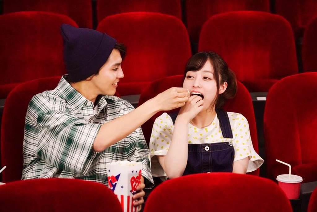 片寄涼太和橋本環奈演出大明星與女高中生的一見鍾情浪漫戀愛。(傳影互動提供)