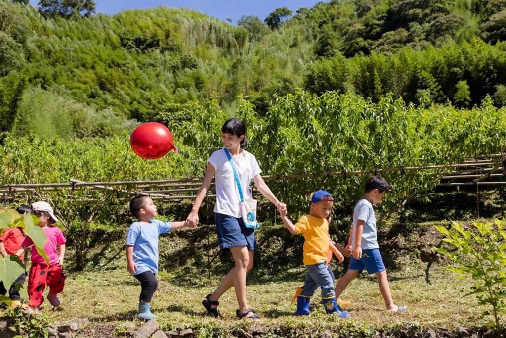 温貞菱赴馬里光部落陪伴孩童。(至善基金會提供)
