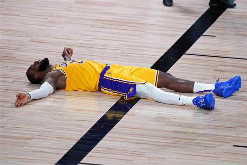 詹姆斯雖然帳面上數據寫下NBA史上第一,但所屬的湖人卻敗給了拓荒者,詹姆斯賽後躺在底板上,眼睛看著球館上空,似乎透露著無語問蒼天。(美聯社)