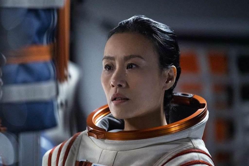 鄔君梅在太空執行任務遇上困難。(Netflix提供)