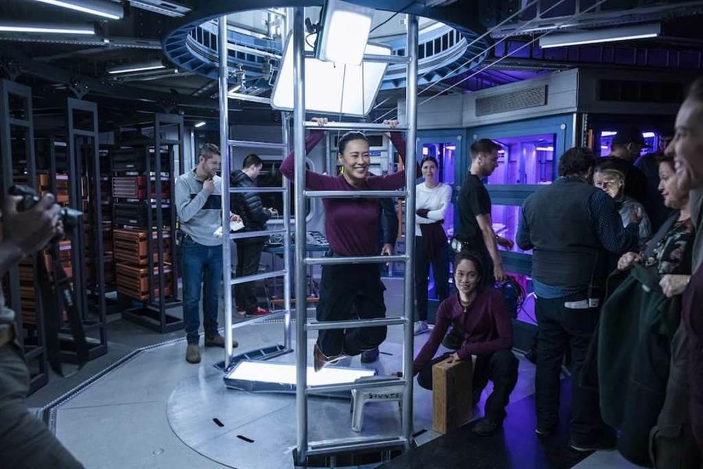 鄔君梅為了模擬太空無重力的狀態,演出都吊著鋼絲。(Netflix提供)