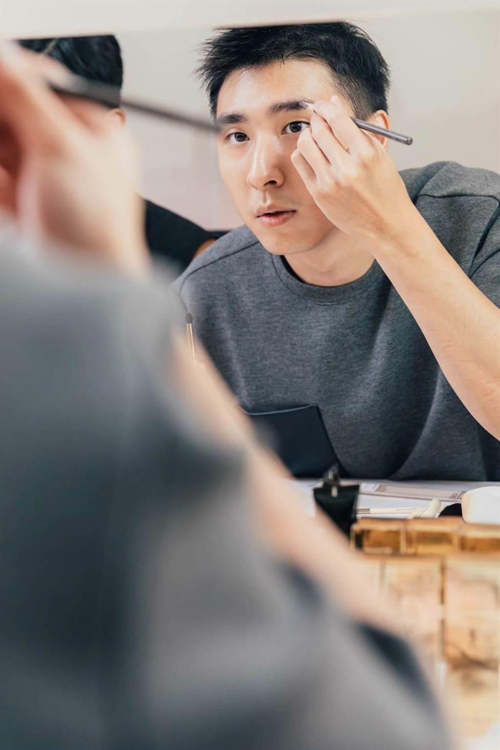 胡釋安皮膚好,被讚是個被演員耽誤的化妝師。(藝和創藝提供)