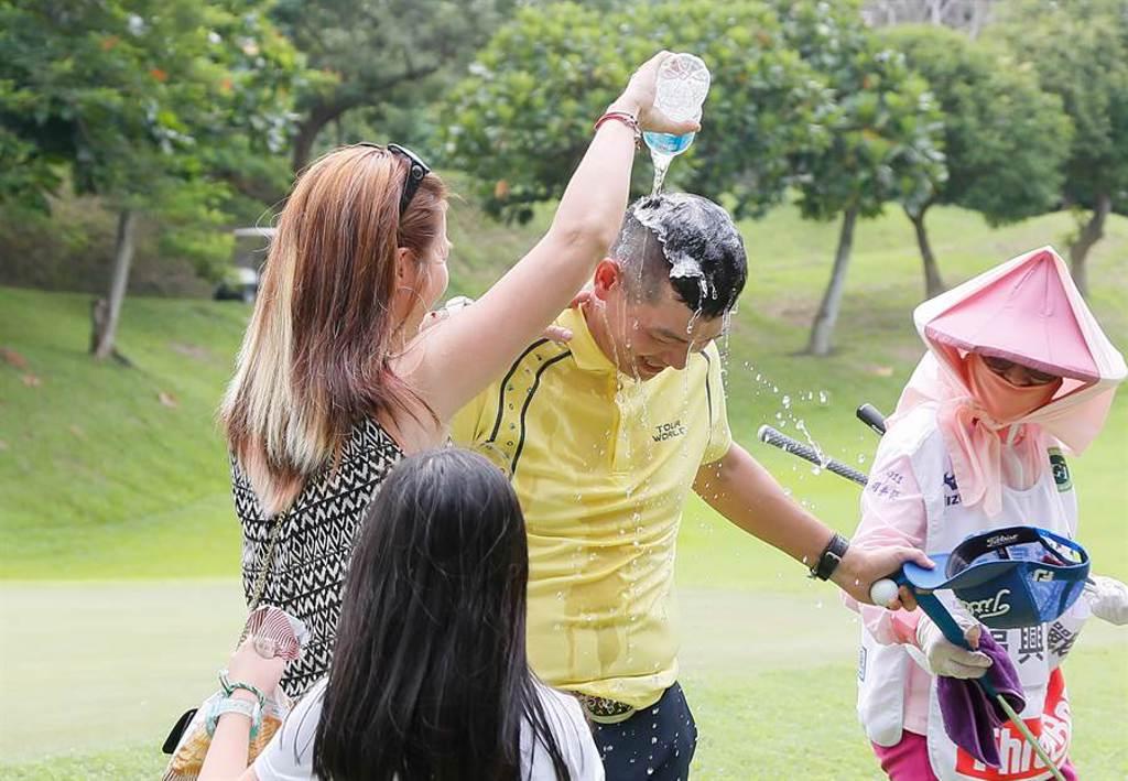 蔣宸豑於延長賽勝出後,老婆吳麗文及女兒上前灑水慶賀。(TPGA提供)