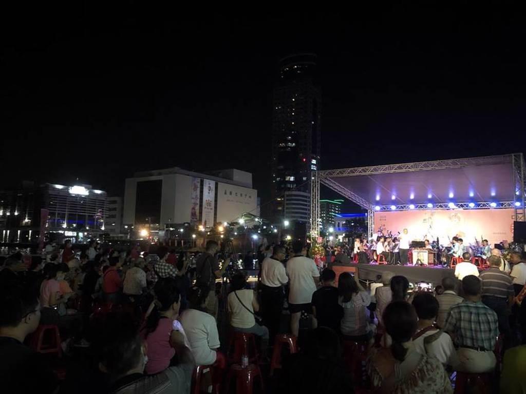 基隆中元藝文表演僅限一場,海洋廣場湧現大批民眾齊點燈。(吳康瑋攝)