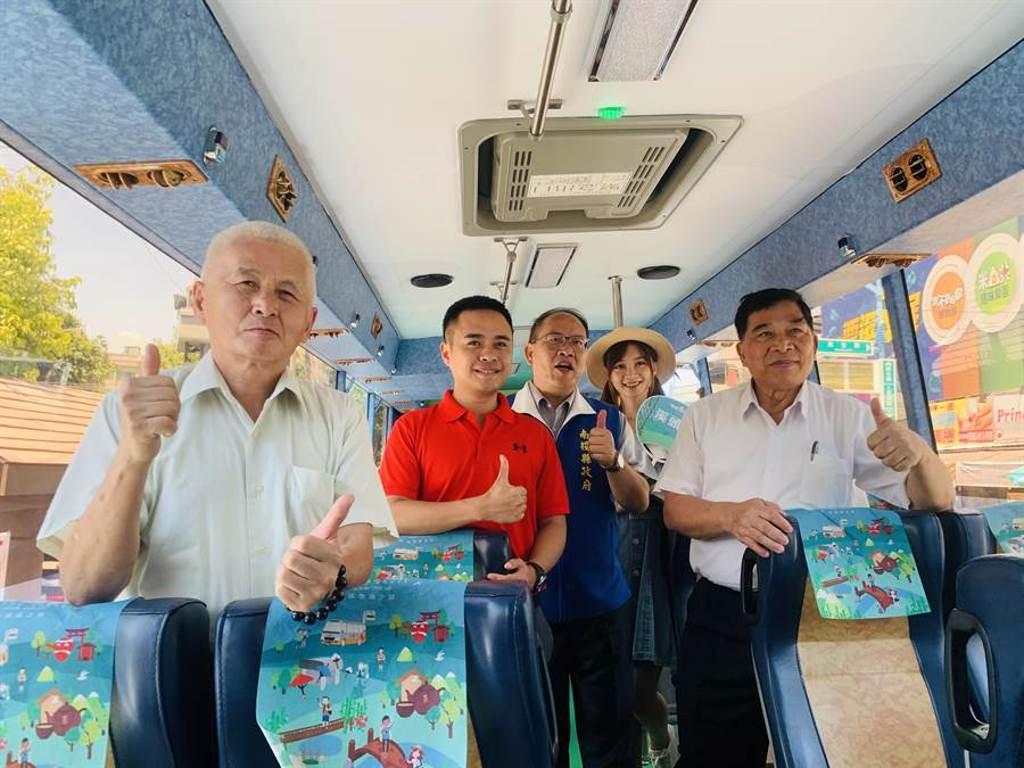 「台灣好行」公車,依景點主題設計特色車廂。(廖志晃攝)