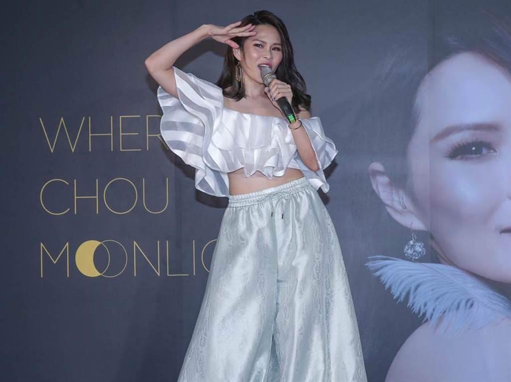 周蕙今在記者會上展現甜美嗓音及純熟的歌唱技巧。(粘耿豪攝)