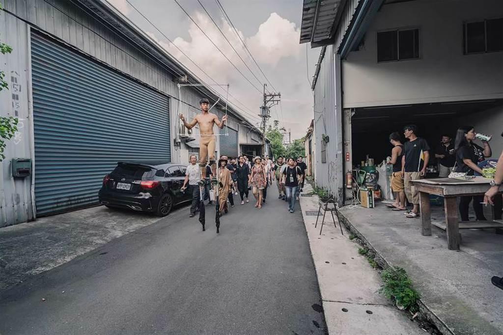 FOCA福爾摩沙馬戲團作品《消逝之島》,帶觀眾在社子島邊走路,邊看表演。(FOCA福爾摩沙馬戲團提供)