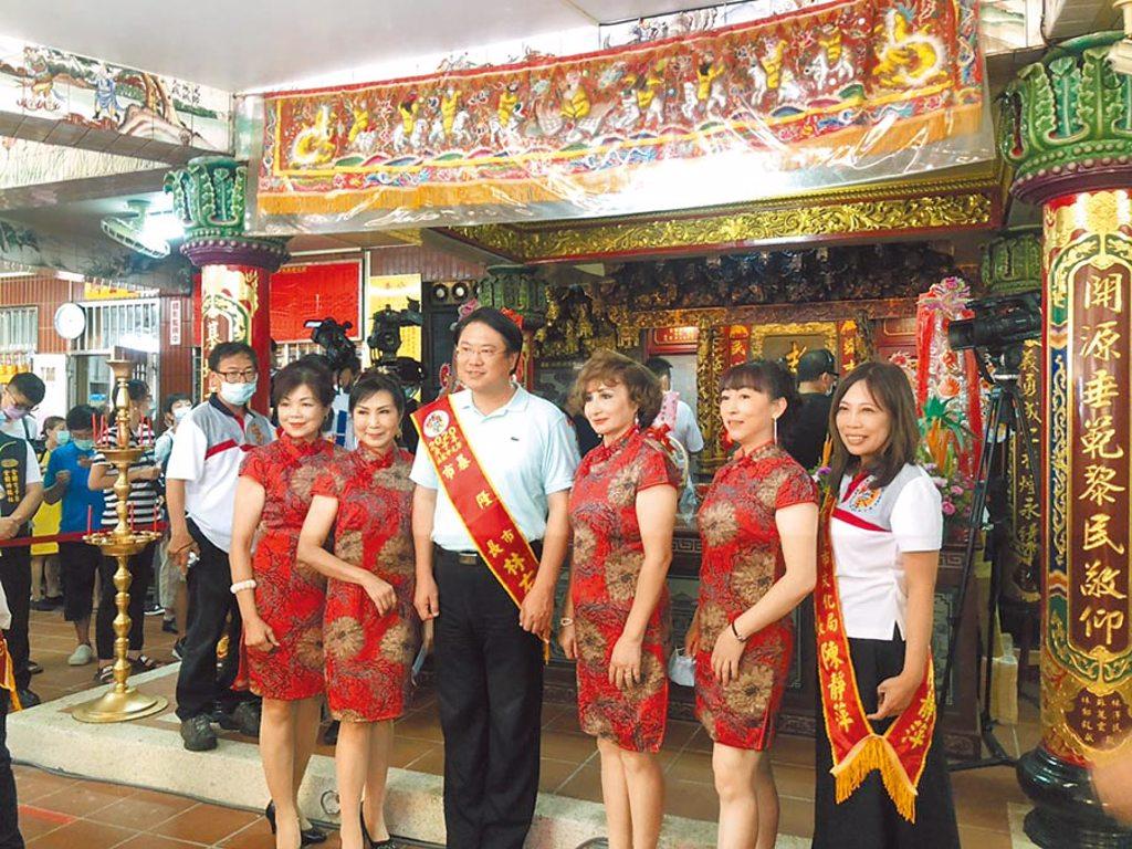 基隆開基老大公廟「開龕門」,每年都在農月七月初一的「午時」舉行。基隆市長林右昌(左三)19日參加儀式。(吳康瑋攝)
