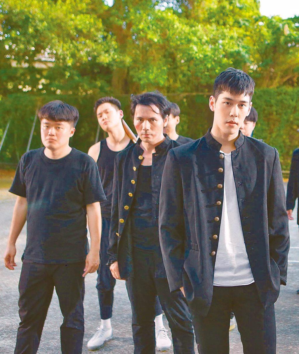 周興哲(左後持棍棒者)日前助陣周予天(右)新歌MV拍攝。(星空飛騰提供)