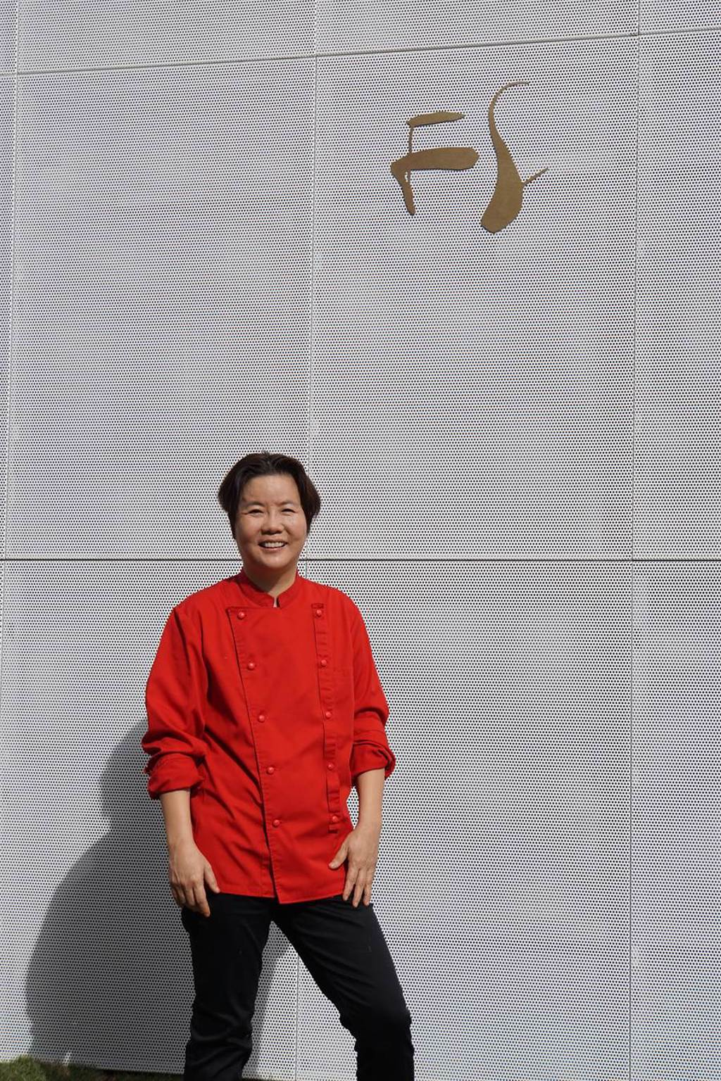 「鹽之華」餐廳主人兼主廚黎俞君,享有「中台灣西餐教母」美譽。(圖/姚舜)