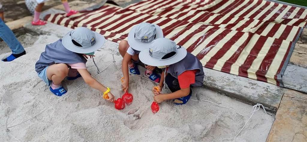 南科考古館小小考古員體驗,動手動腳好有趣。(南科考古館提供/劉秀芬台南傳真)