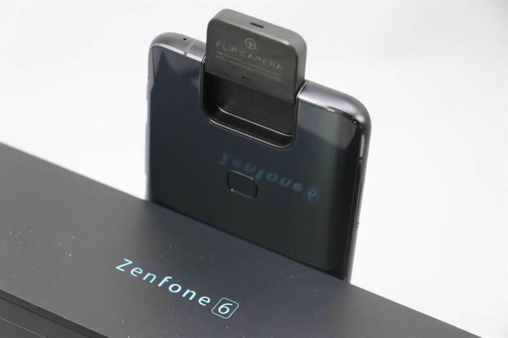 華碩在ZenFone 6採用創新的翻轉鏡頭設計,有望在ZenFone 7這一代沿用。(黃慧雯攝)