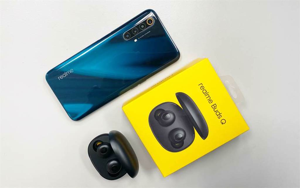 realme Buds Q以及realme X3手機。(黃慧雯攝)