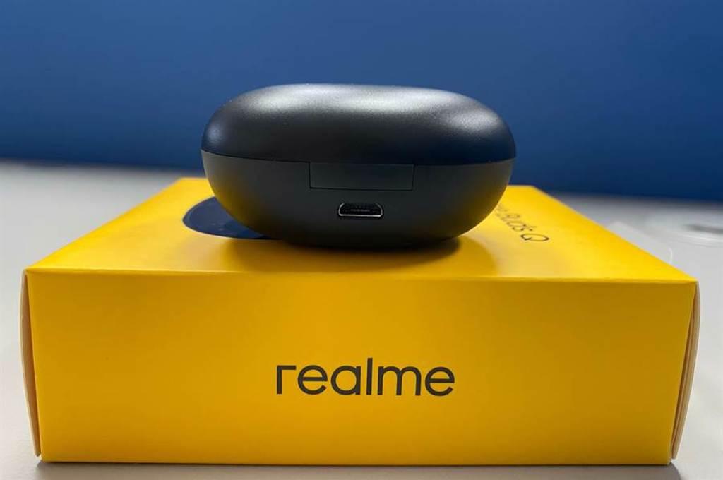 realme Buds Q充電盒採用microUSB充電連接埠。(黃慧雯攝)