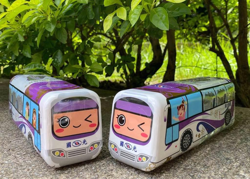 慶祝七夕情人節,情侶與夫妻檔持票根或乘客證明,可在國光客運台北新站兌換巴士造型瓶裝水兩瓶。(國光客運提供)