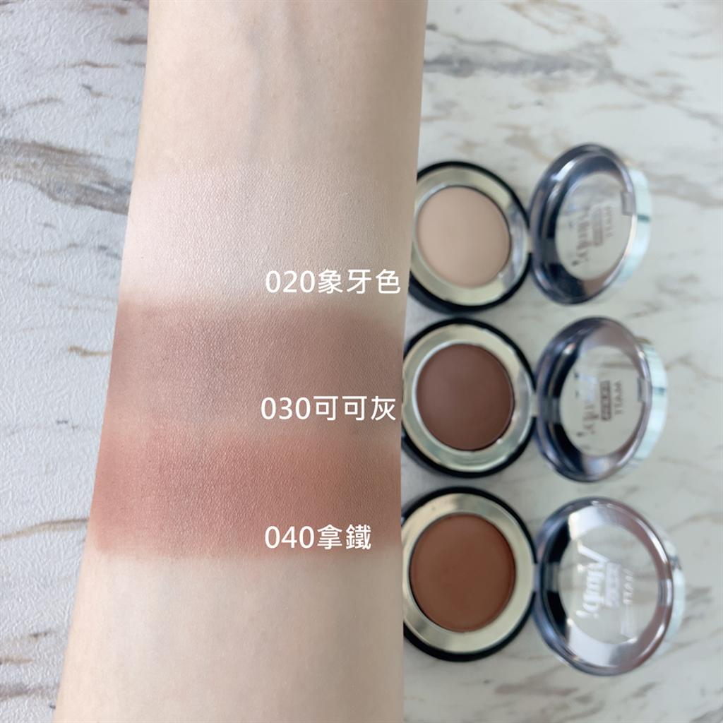 單色微醺絲絨眼影粉質細緻綿密,可修飾肌膚紋理,並且非常容易暈染,新手也不怕失誤。(圖/邱映慈攝影)