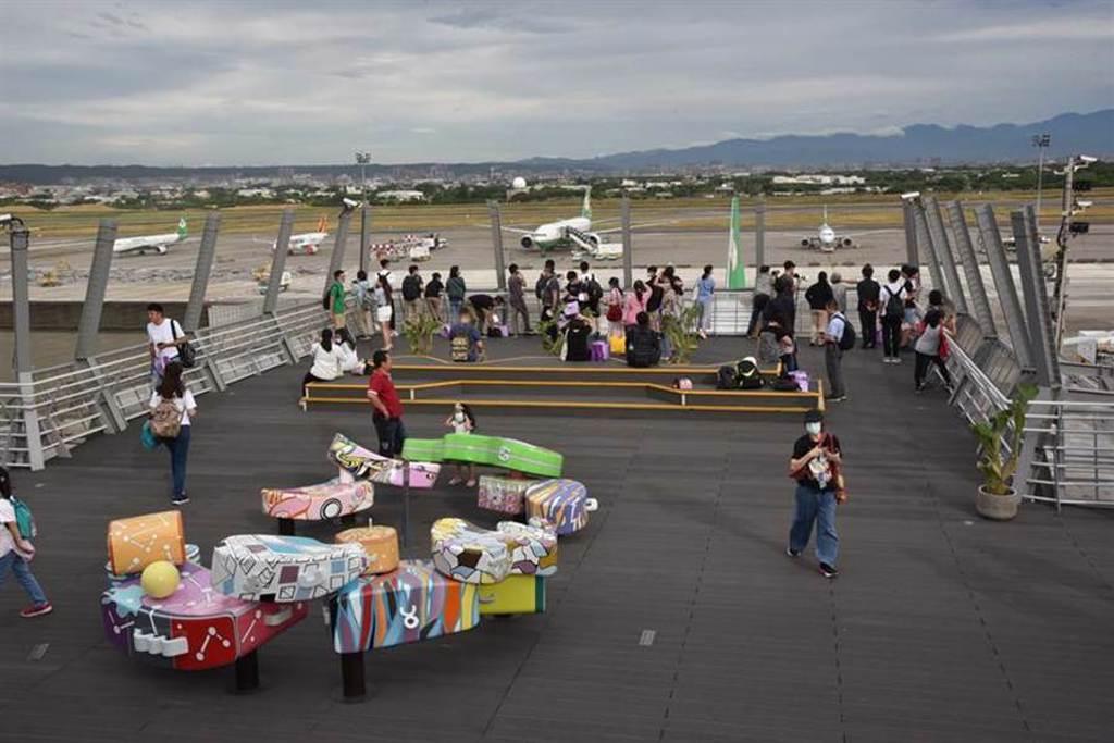 桃機樂友會安排至觀景臺賞機場、看飛機。圖/桃機提供