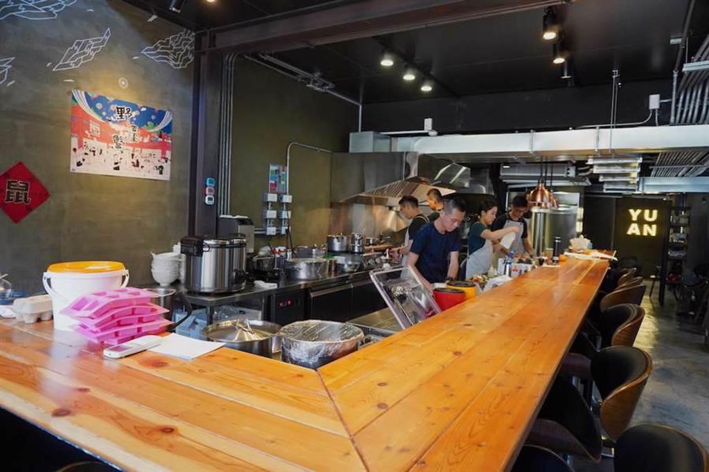 「元 Yuan」餐廳正中間設立開放式廚房。(何書青攝)