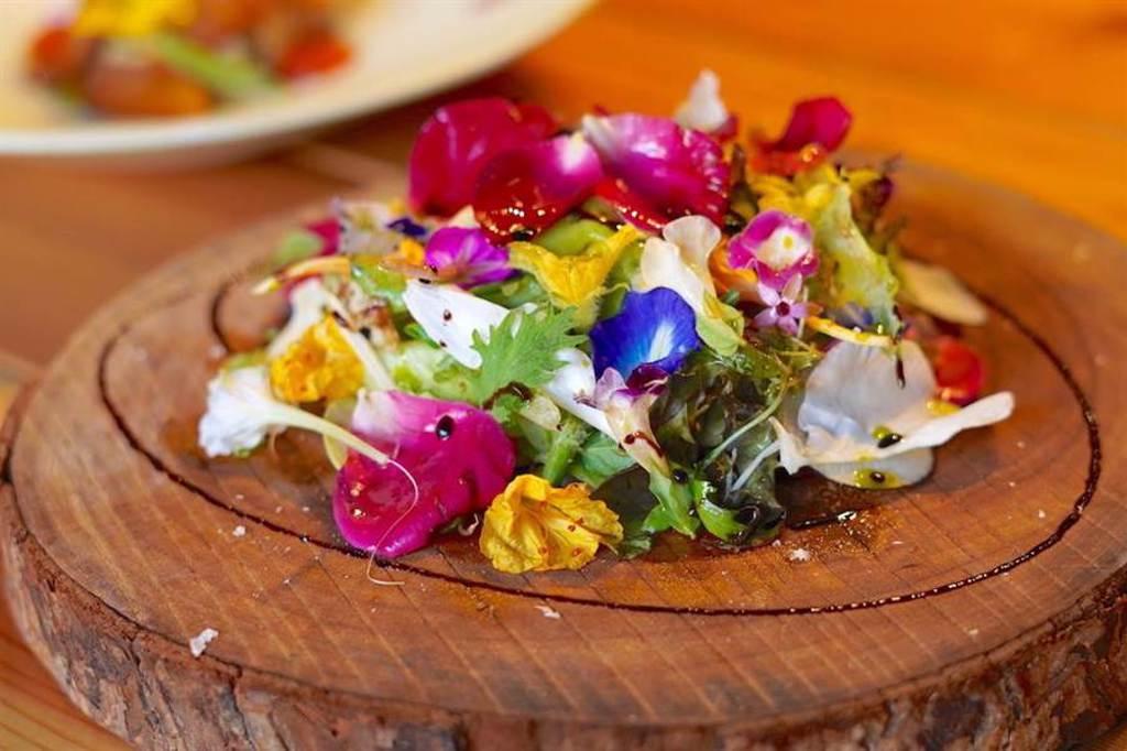 招牌花園沙拉「羅勒 起士 花園沙拉」匯集30多種自家野菜,繽紛美味。(何書青攝)