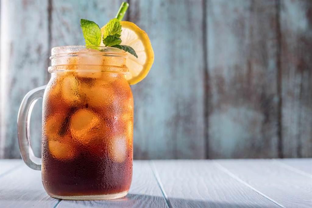 有網友好奇,紅茶冰和冰紅茶到底有什麼差別,就有內行人揭開關鍵真相,「正統紅茶冰是碎冰,可以入口的,精隨在碎冰。」(圖取自達志影像)