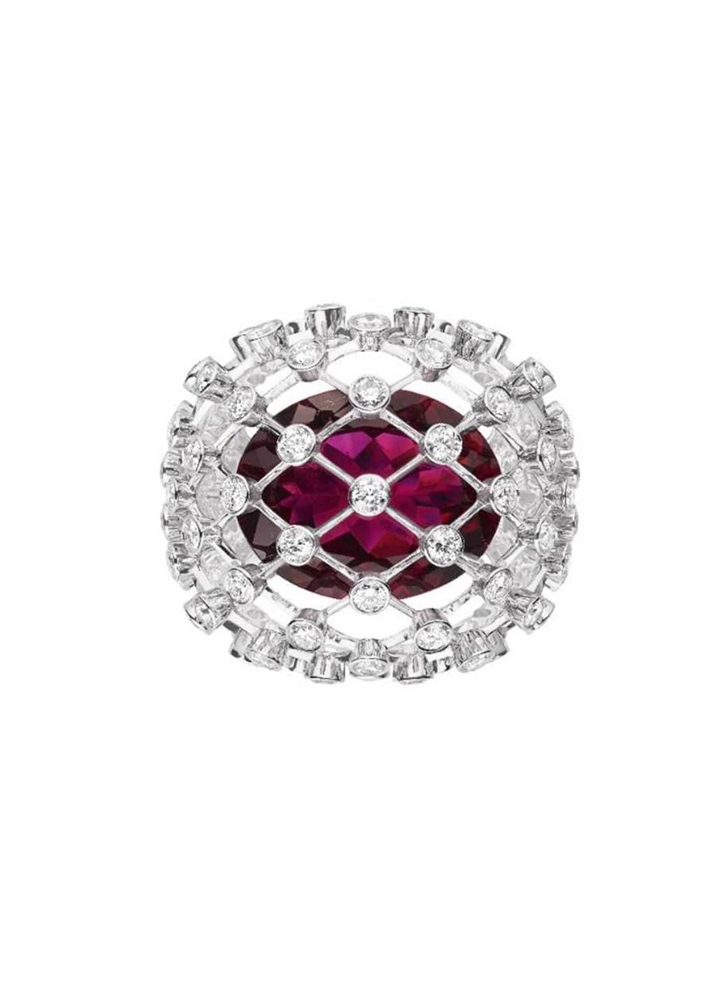 CHAUMET年度新品Lacis戒指融入「刀鋒工藝」(fil couteau),紅碧璽猶如懸浮在鑽網之中,約650萬元。(CHAUMET提供)