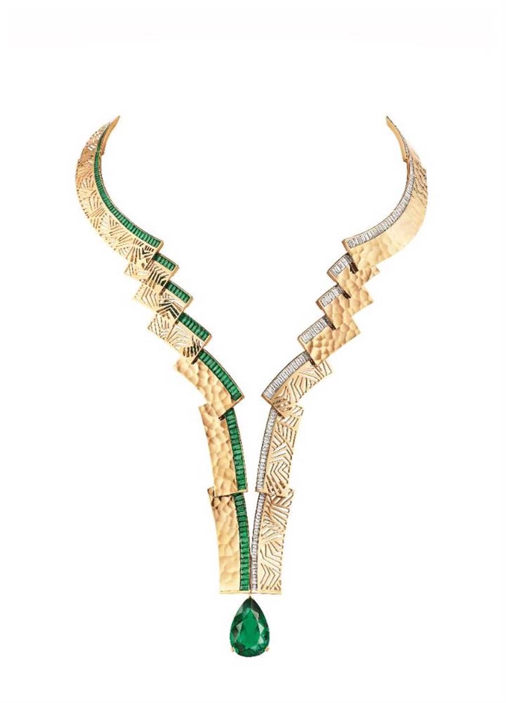 CHAUMET黃金打造的Skyline項鍊,祖母綠與鑽石以不對稱的方式彼此對比呼應,約8000萬元。(CHAUMET提供)