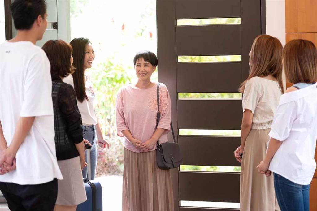 李明依演出《女力報到-正好愛上你》,和一票年輕演員對戲。(TVBS提供)