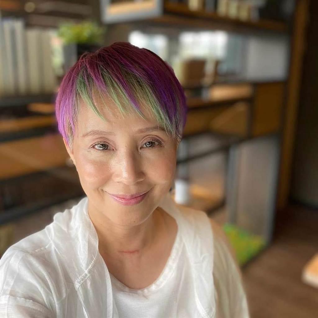 李明依的髮色原本是鮮豔紫綠色,為了拍戲已經染深。(摘自臉書)