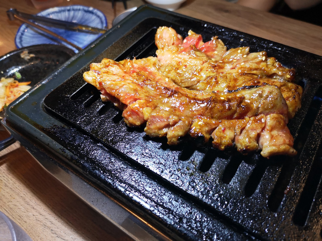 ▲從日本進口的燒肉瓦斯爐超有fu,圖中為小滿苑招牌菜「巨龍一本牛肋肉」(圖片提供:Eric)