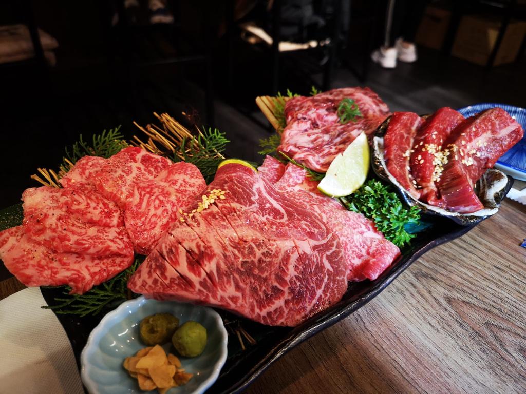 點一份和牛拼盤組合,再單點些蔬菜海鮮。如果肉吃不過癮,再選擇喜愛的部位單點即可。(圖片提供:Eric)