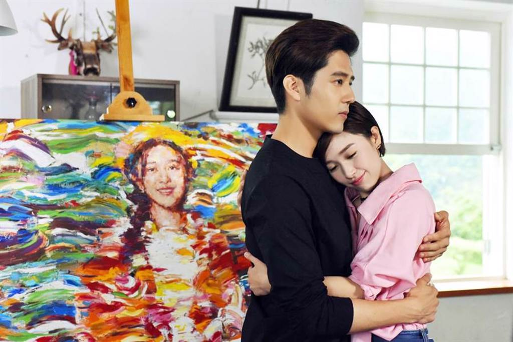 胡宇威、鬫清子在戲中是美術系學長學妹。(圖/中天提供)