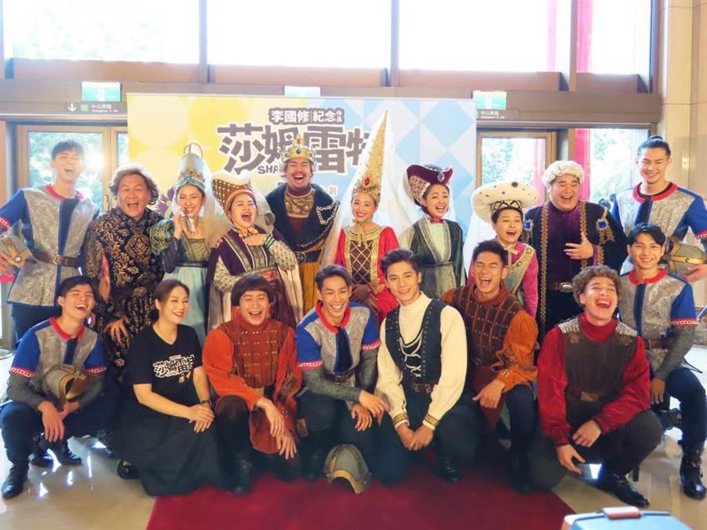 舞台劇《莎姆雷特》導演與全體演員合照。(亮棠文創提供)