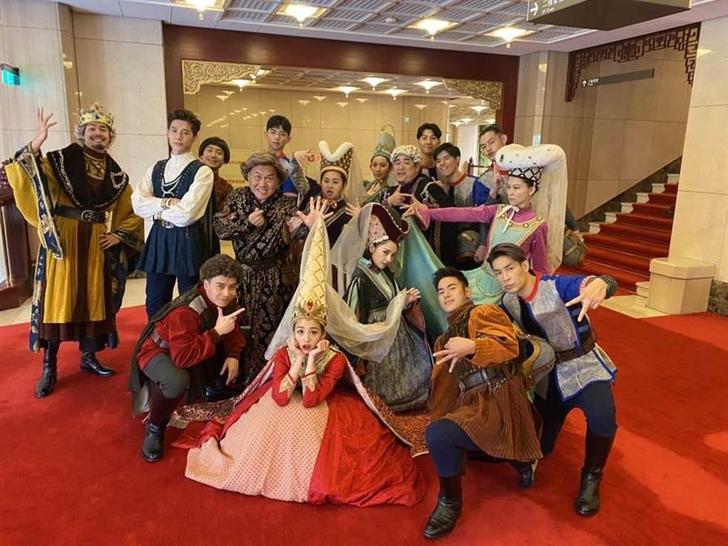 舞台劇《莎姆雷特》全體演員合照。(亮棠文創提供)