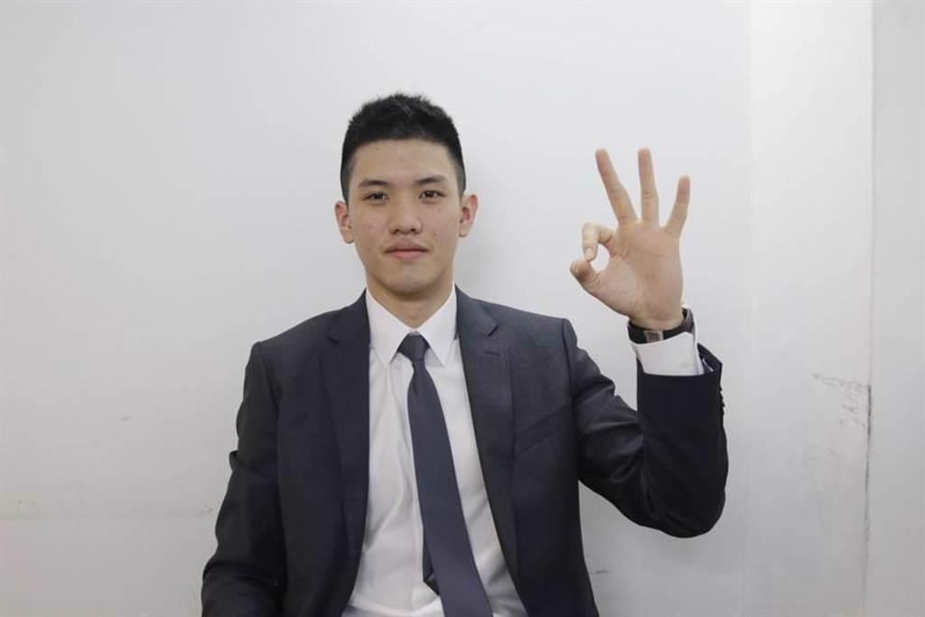 林庭謙開心比出「3」的手勢,慶祝自己以第3順位被天津選上。(啟程國際運動行銷提供)