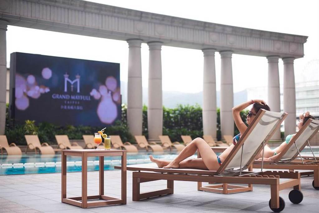 有情人下榻台北美福大飯店期間,可至靜謐的戶外恆溫游泳池徜徉浪漫氛圍,並享受舒適的三溫暖設施。(圖/台北美福大飯店)