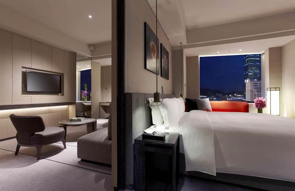 寒舍艾麗酒店即日起至8月25日限量推出「織夜」一泊二食七夕住房專案,釋出高級景隅首席客房與寰宇套房讓戀人入住。(圖/寒舍艾麗酒店)