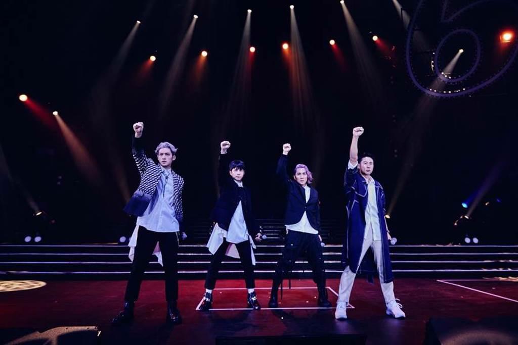 5566在高雄巨蛋開唱,在台上賣力勁歌熱舞。(華貴娛樂提供)