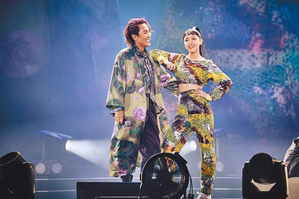 王仁甫(左)昨和14歲女兒樂樂同台演出。(華貴娛樂提供)
