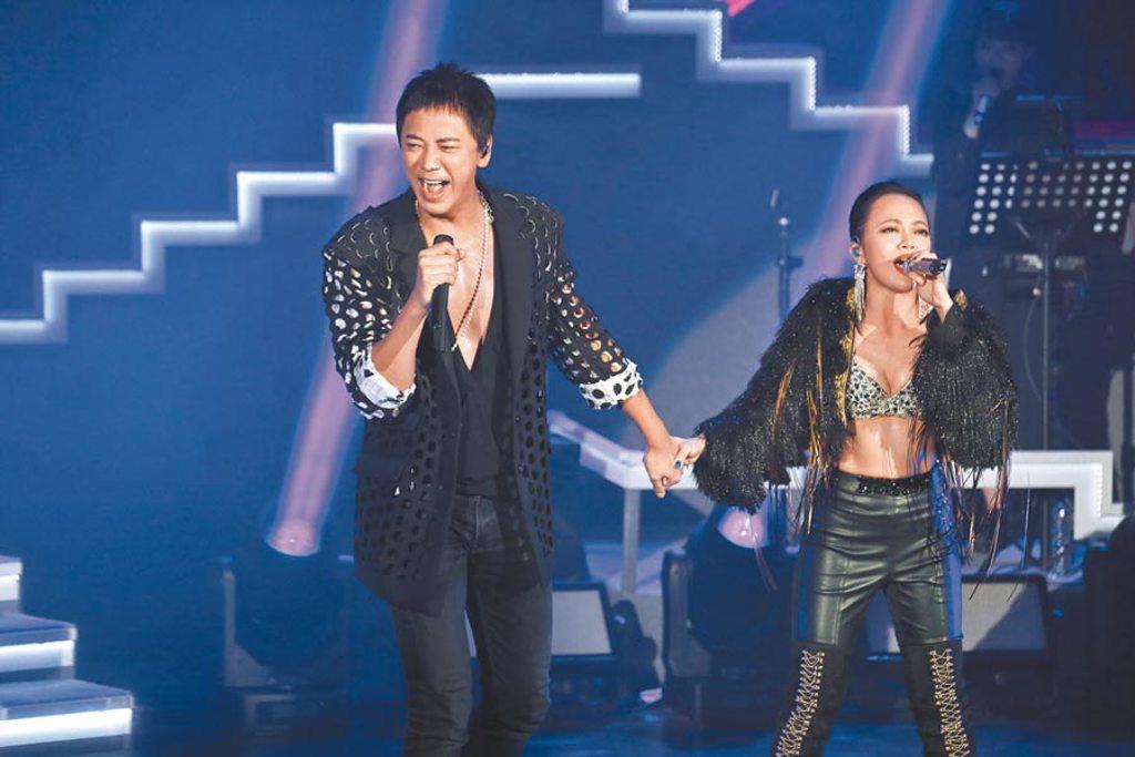 戴愛玲(右)昨開唱邀信力挺,2人牽手合唱引歌迷尖叫。(媒體棧提供)
