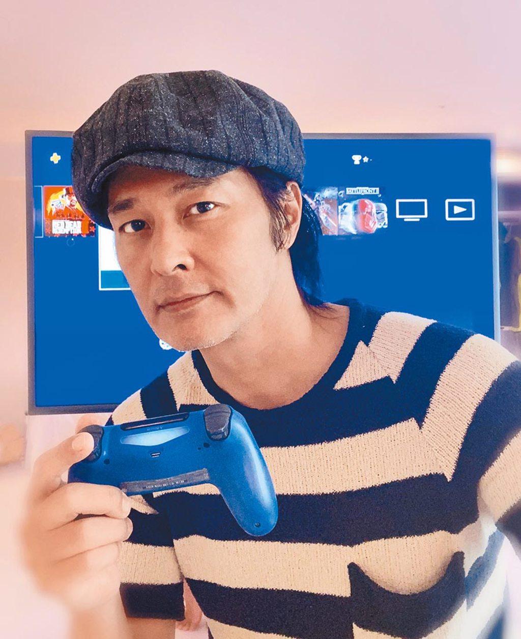 連凱在飯店隔離時,猛玩PS4打發時間。(連凱提供)