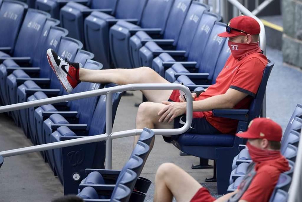 國民先發投手史崔斯柏格戴口罩坐在觀眾席看比賽。(美聯社資料照)