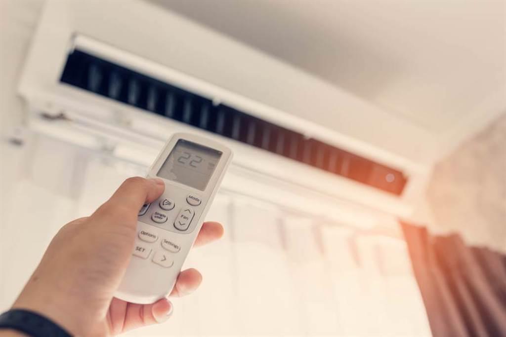 變頻廣告都騙人?冷氣師傅曝省電盲點:價差5000以上。(示意圖/達志影像)