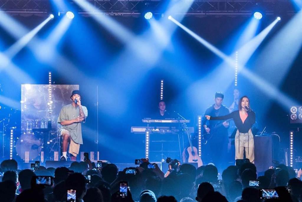 閻奕格昨晚開唱邀來高爾宣擔任嘉賓。(Legacy Taipei提供)
