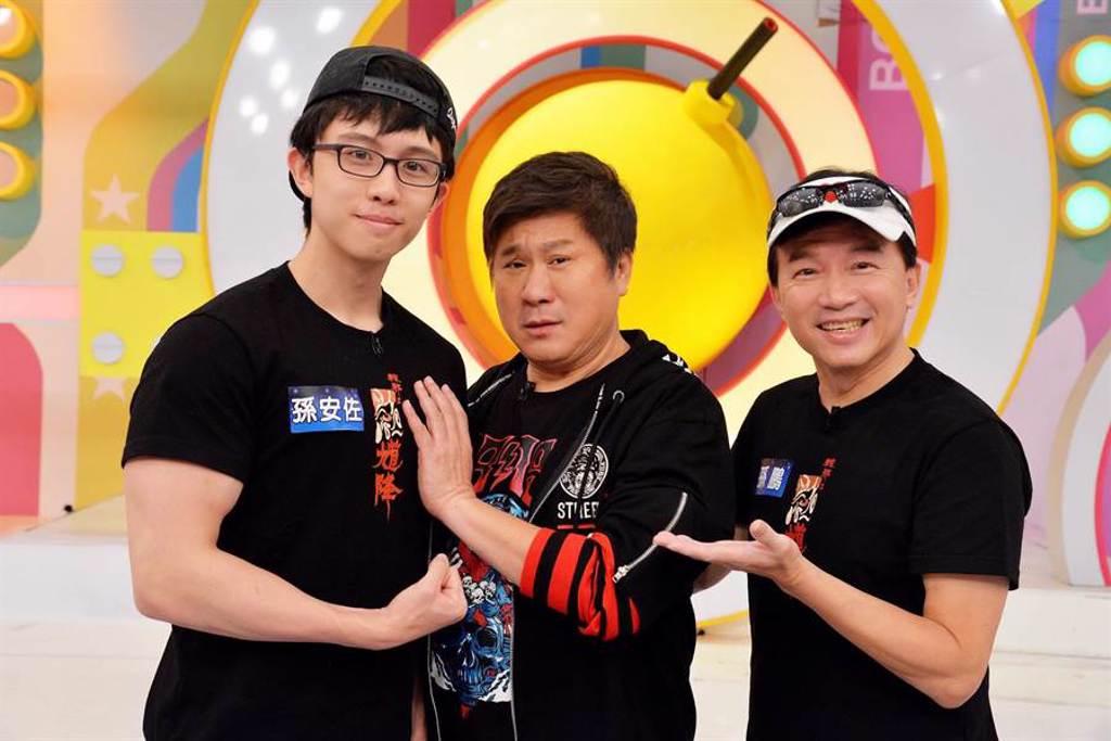 胡瓜(中)第一次見到孫安佐(左),被他壯碩身材驚豔,右為孫鵬。(衛視中文台提供)