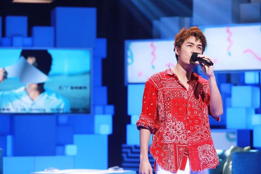吳克群上公視談話節目《36題愛上你》 節目上演唱新專輯歌曲〈洛希極限〉。(公視提供)