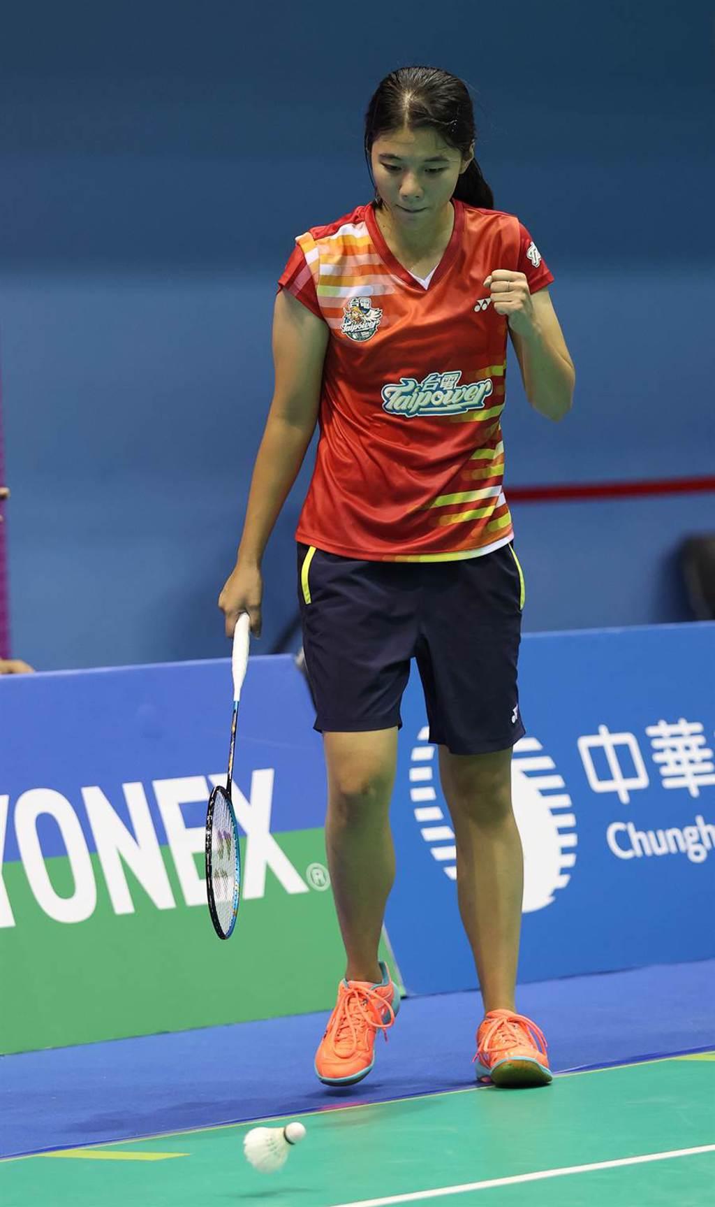 對手擊球出界,宋碩芸為自己的分握拳慶祝。(台電羽球隊提供)